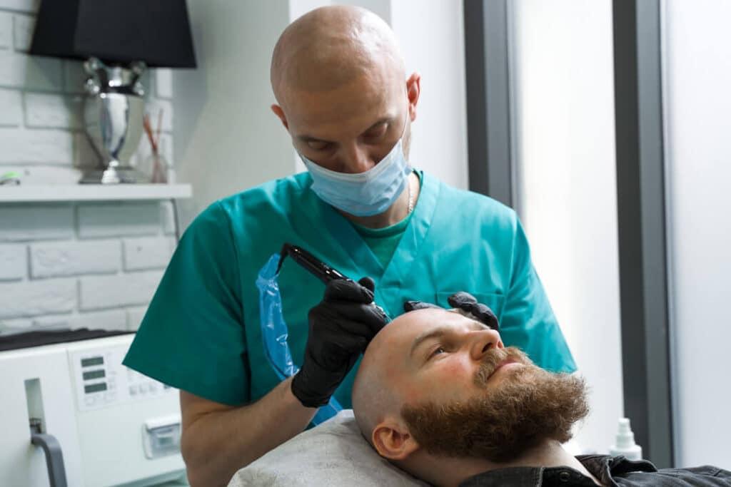 Specjalista wykonujący zabieg mikropigmentacji skóry głowy