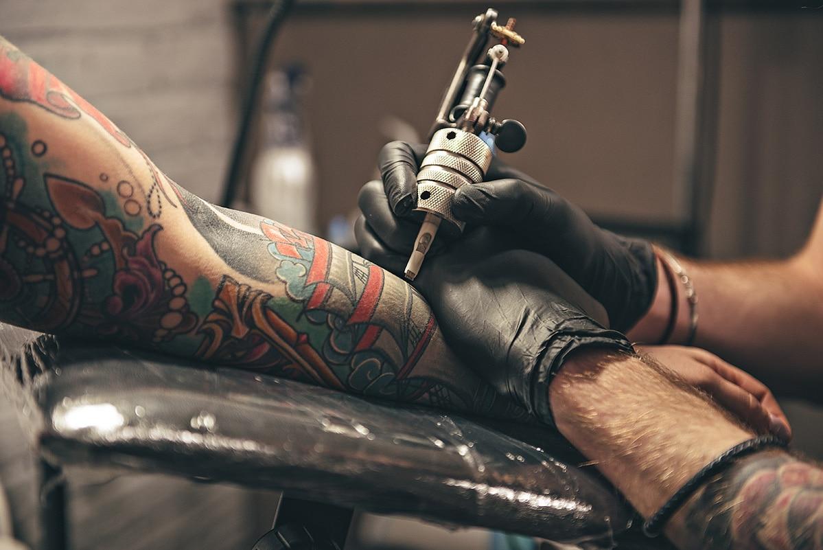 Tradycyjny tatuaż a mikropigmentacja skóry głowy jaka jest różnica