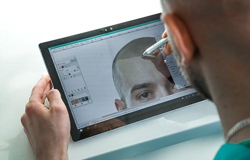 Specjalista wykonujący komputerową wizualizację wyglądu po zabiegu mikropigmentacji